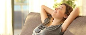 Une femme se repose sur son canapé