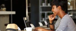 Une femme achète une carte de crédit sur son ordinateur portable