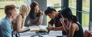Les étudiants s'assoient autour d'une table et étudient ensemble